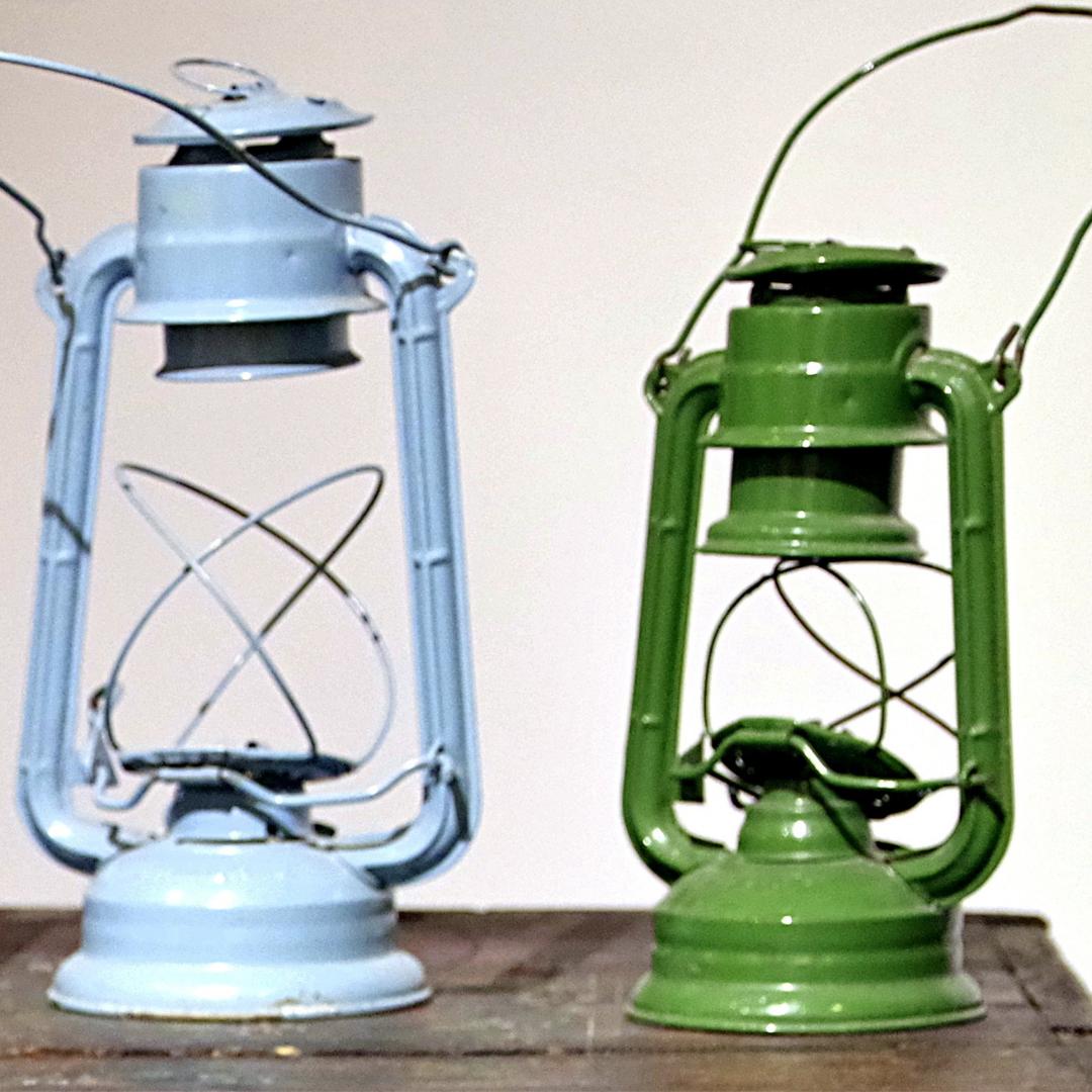 2 antique oil lamps on a shelf