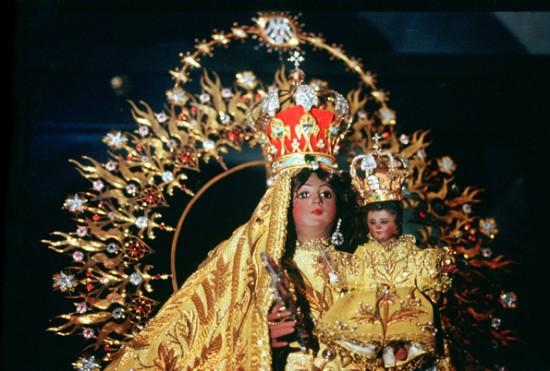 Nuestra Señora de la Caridad del Cobre en el Santuario de El Cobre, Cuba, tomada por Francisco Javier Arbolí en Deciembre de 1992