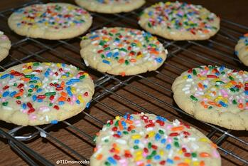 Giant sugar cookies with sprinkles (8)c SMALL