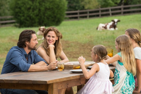 Christy (JENNIFER GARNER), Kevin (MARTIN HENDERSON), Abbie (BRIGHTON SHARBINO), Anna (KYLIE ROGERS) and Adelynn (COURTNEY FANSLER) are one big happy family in Columbia Pictures' MIRACLES FROM HEAVEN.